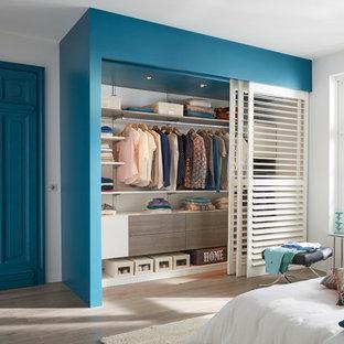 Foto de armario unisex, minimalista, de tamaño medio, con suelo de madera clara