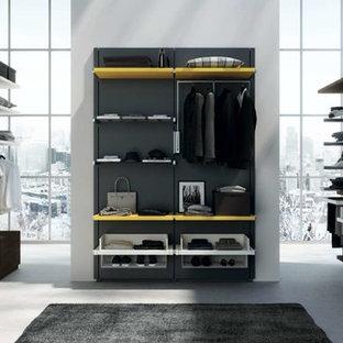 Modelo de vestidor de mujer, minimalista, de tamaño medio, con armarios abiertos y puertas de armario amarillas