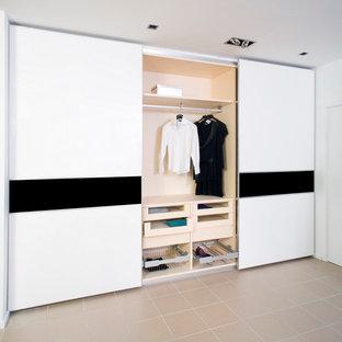 Foto de armario unisex, moderno, de tamaño medio, con puertas de armario blancas y suelo de baldosas de cerámica