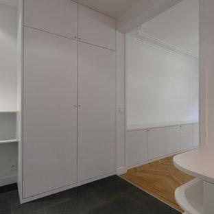 EIngebautes, Großes, Neutrales Modernes Ankleidezimmer mit weißen Schränken, Schieferboden und flächenbündigen Schrankfronten in Paris