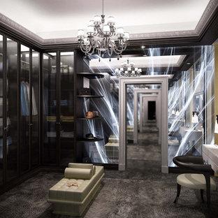 Imagen de vestidor de mujer, clásico renovado, de tamaño medio, con armarios tipo vitrina, puertas de armario de madera en tonos medios, moqueta y suelo gris