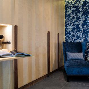 Idee per un grande armadio o armadio a muro unisex etnico con ante con riquadro incassato, ante in legno chiaro, pavimento con piastrelle in ceramica e pavimento grigio