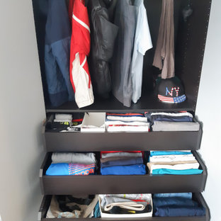 Modelo de armario de hombre, actual, pequeño, con armarios con paneles lisos, puertas de armario de madera oscura, suelo de linóleo y suelo gris