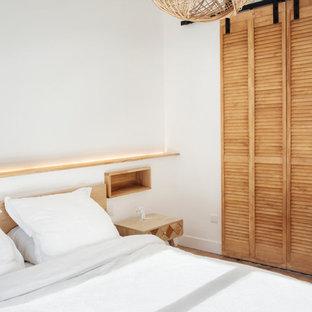 Modelo de vestidor unisex, urbano, pequeño, con armarios con puertas mallorquinas, puertas de armario de madera clara, suelo de madera clara y suelo beige