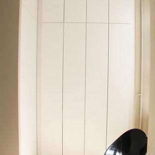 Ejemplo de armario unisex, retro, pequeño, con armarios con rebordes decorativos, puertas de armario blancas, suelo de madera clara y suelo beige