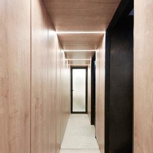 Idéer för funkis garderober, med betonggolv och beiget golv