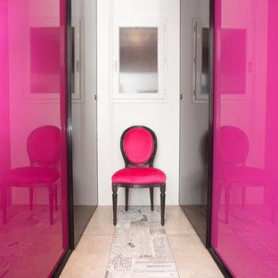 Immagine di una grande cabina armadio per donna con ante a filo, ante grigie, pavimento con piastrelle in ceramica e pavimento beige