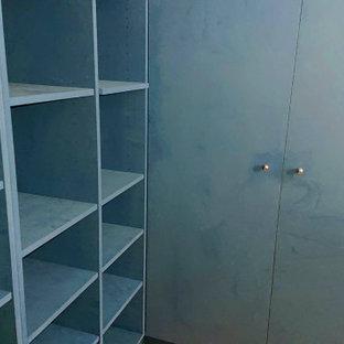 Foto de armario unisex, minimalista, grande, con armarios con rebordes decorativos y puertas de armario azules