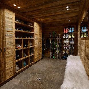 Modelo de armario y vestidor unisex, rústico, de tamaño medio, con suelo de baldosas de cerámica y puertas de armario de madera oscura