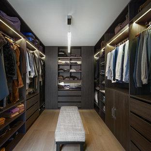 Foto de armario vestidor unisex, actual, grande, con armarios abiertos, puertas de armario de madera en tonos medios, suelo de madera clara y suelo beige