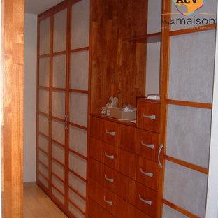 Modelo de armario vestidor unisex, de estilo de casa de campo, con puertas de armario de madera oscura