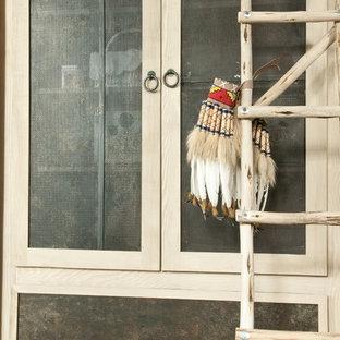 Idée de décoration pour un dressing et rangement sud-ouest américain.