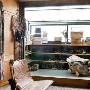 Imagen de vestidor de mujer, bohemio, de tamaño medio, con armarios abiertos y moqueta