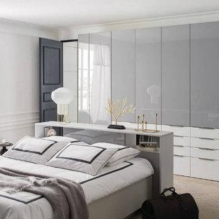 Modelo de armario unisex, actual, extra grande, con puertas de armario grises y suelo de madera clara