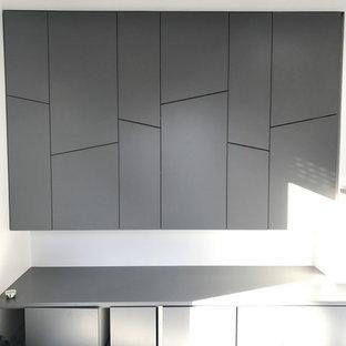 Ejemplo de armario y vestidor contemporáneo, pequeño, con suelo de baldosas de cerámica, suelo gris y puertas de armario grises