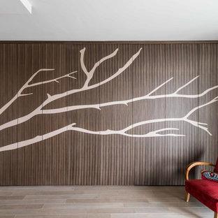 EIngebautes, Geräumiges, Neutrales Modernes Ankleidezimmer mit Kassettenfronten, hellbraunen Holzschränken, hellem Holzboden und braunem Boden in Paris