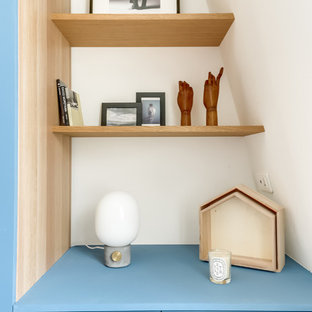 Diseño de vestidor unisex, minimalista, con puertas de armario azules y suelo de madera clara