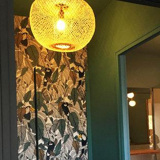 Bild på ett litet 60 tals klädskåp, med luckor med profilerade fronter, gröna skåp, ljust trägolv och orange golv