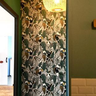 マルセイユの小さいミッドセンチュリースタイルのおしゃれな壁面クローゼット (インセット扉のキャビネット、緑のキャビネット、淡色無垢フローリング、オレンジの床) の写真