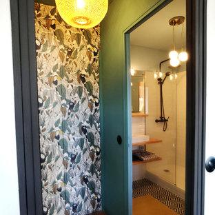 Ejemplo de armario vintage, pequeño, con armarios con rebordes decorativos, puertas de armario verdes, suelo de madera clara y suelo naranja