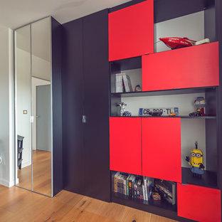 Modelo de armario de hombre, contemporáneo, de tamaño medio, con armarios con rebordes decorativos, puertas de armario negras y suelo de madera clara