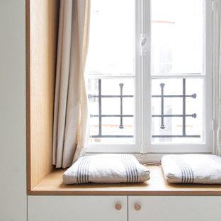 Imagen de armario y vestidor unisex, tradicional, de tamaño medio, con armarios con rebordes decorativos, puertas de armario grises, suelo de madera clara y suelo beige