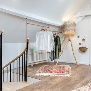 Ispirazione per una cabina armadio unisex stile americano di medie dimensioni con nessun'anta, pavimento in legno massello medio e pavimento marrone