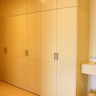 Ejemplo de armario unisex, actual, extra grande, con armarios con rebordes decorativos, puertas de armario blancas, moqueta y suelo gris