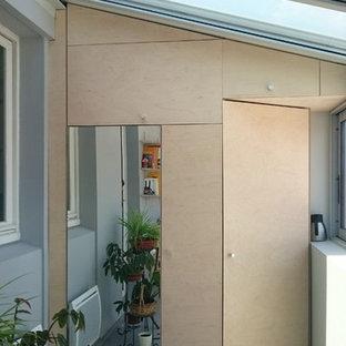 Foto de armario unisex, escandinavo, pequeño, con puertas de armario de madera clara y suelo de linóleo