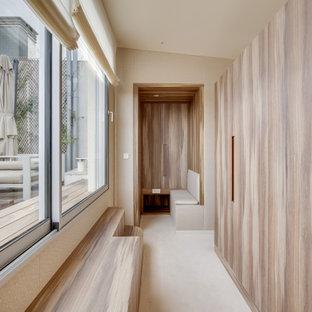 Inspiration för ett stort funkis omklädningsrum för könsneutrala, med luckor med profilerade fronter, skåp i mellenmörkt trä, heltäckningsmatta och beiget golv