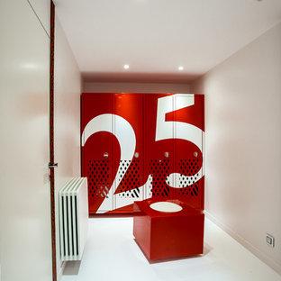 Modelo de vestidor de hombre, contemporáneo, pequeño, con puertas de armario rojas, suelo de cemento y suelo blanco
