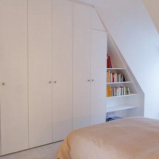 Exemple d'un placard dressing romantique de taille moyenne avec un placard à porte plane, des portes de placard blanches et moquette.