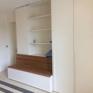 Imagen de armario vestidor unisex, actual, de tamaño medio, con armarios con paneles lisos y puertas de armario beige