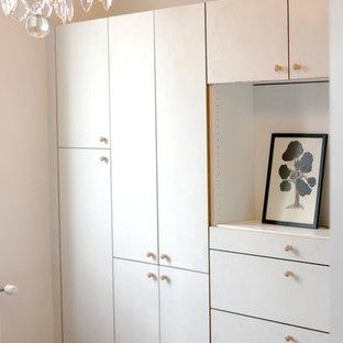 パリの中サイズの男女兼用トランジショナルスタイルのおしゃれな壁面クローゼット (フラットパネル扉のキャビネット、白いキャビネット、テラコッタタイルの床、オレンジの床) の写真