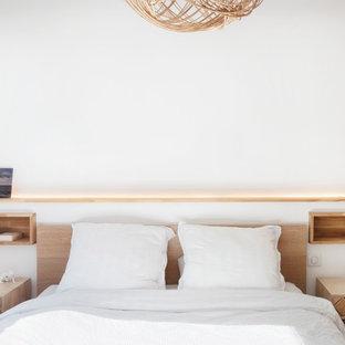トゥールーズの小さい男女兼用北欧スタイルのおしゃれなフィッティングルーム (ルーバー扉のキャビネット、淡色木目調キャビネット、淡色無垢フローリング、ベージュの床) の写真