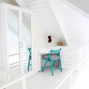 Foto di un piccolo armadio o armadio a muro per donna scandinavo con ante lisce, ante in legno chiaro, pavimento in legno verniciato e pavimento bianco