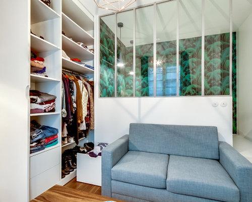 EIngebautes, Kleines Nordisches Ankleidezimmer Mit Weißen Schränken,  Flächenbündigen Schrankfronten Und Braunem Holzboden In Paris