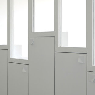 Modelo de armario unisex, actual, pequeño, con armarios con paneles lisos, puertas de armario blancas y suelo azul