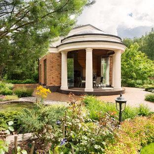 Пример оригинального дизайна: беседка во дворе частного дома среднего размера в классическом стиле