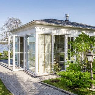 Пример оригинального дизайна интерьера: маленький дворик в классическом стиле