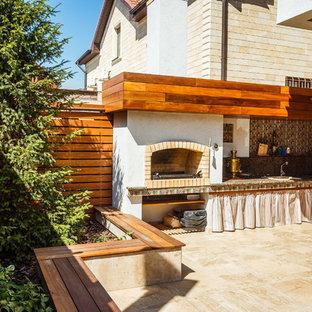 Новый формат декора квартиры: дворик среднего размера на заднем дворе в средиземноморском стиле с летней кухней