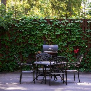 Стильный дизайн: двор среднего размера на заднем дворе в классическом стиле с настилом без защиты от солнца - последний тренд