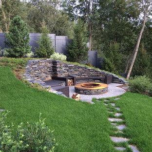 Стильный дизайн: дворик в стиле рустика с местом для костра без защиты от солнца - последний тренд