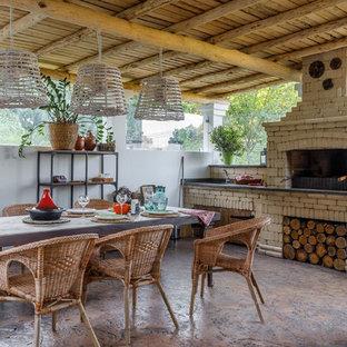 Неиссякаемый источник вдохновения для домашнего уюта: беседка во дворе частного дома в стиле кантри с покрытием из бетонных плит