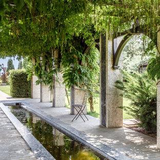 Неиссякаемый источник вдохновения для домашнего уюта: пергола во дворе частного дома в классическом стиле