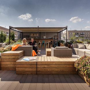 Esempio di un grande patio o portico industriale con un giardino in vaso, pedane e un tetto a sbalzo