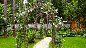 Ландшафтный дизайн лесного участка 1 га - перголы и плетистые розы.