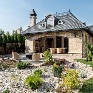 Выдающиеся фото от архитекторов и дизайнеров интерьера: дворик на заднем дворе в классическом стиле с открытым огнем и дорожками из гравия