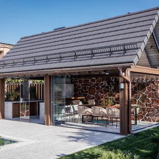 Пример оригинального дизайна: большая беседка во дворе частного дома на боковом дворе в современном стиле с летней кухней и покрытием из плитки