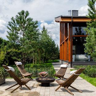 Источник вдохновения для домашнего уюта: двор на переднем дворе в современном стиле с местом для костра